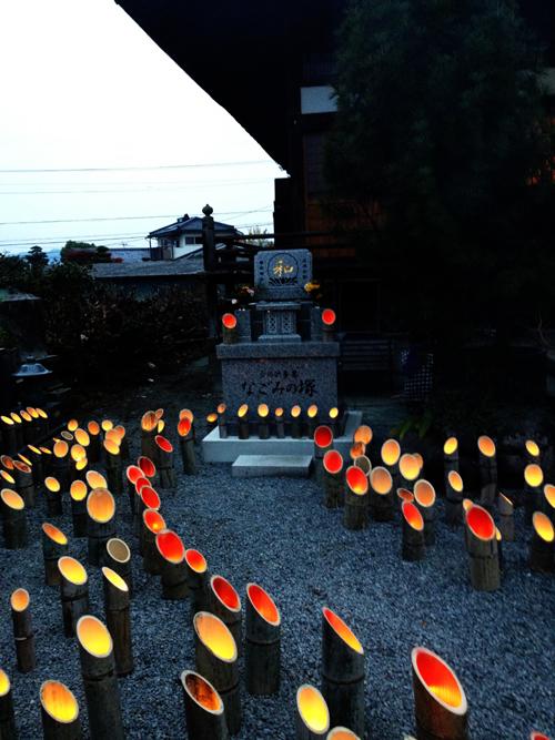 和みの塚と竹灯篭